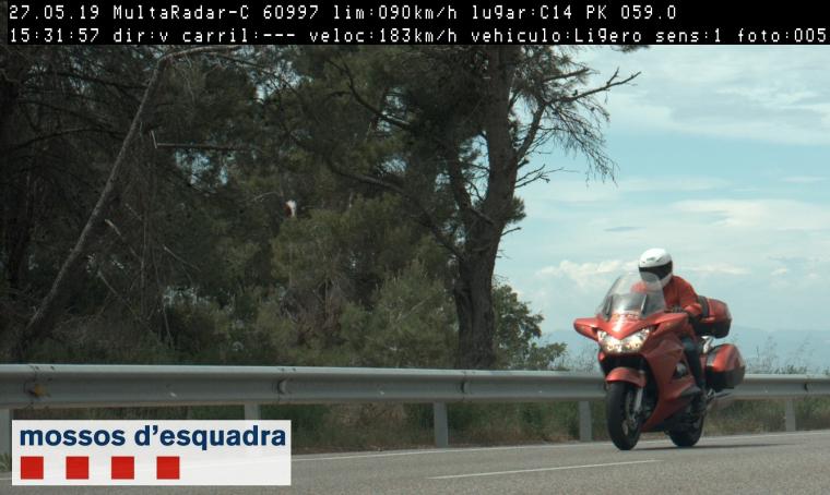 Imatge del motorista circulant a 183 km/h per la C-14, a Ciutadilla