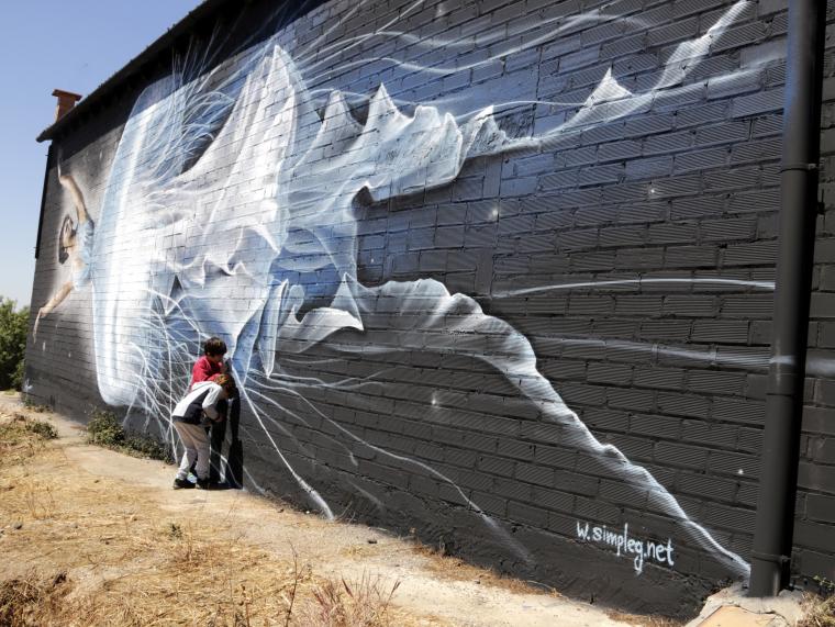 Imatge pla general del mural de l'artista Simple G, vingut de Grècia