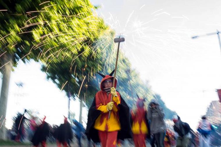 Pla sencer d'una diable del correfoc de la Festa Major de Lleida