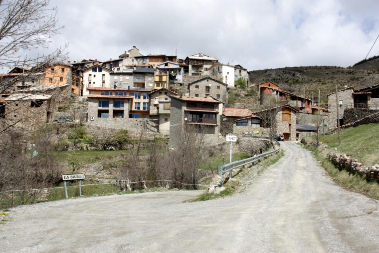 Primer pla d'un tram de carretera d'accés al nucli de Taüs, Alt Urgell