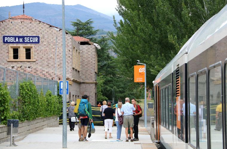 Persones esperant per pujar al tren a l'estació de la Pobla de Segur