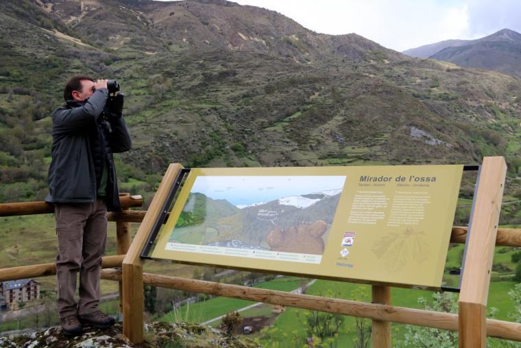 Una persona al mirador de l'ossa, sobre el poble d'Isil