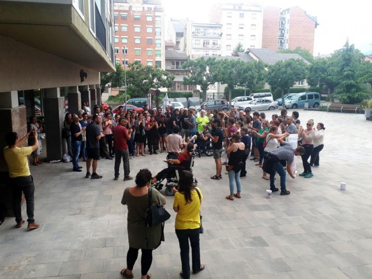 Concentració al davant dels jutjats de la Seu d'Urgell on han estat detinguts la regidora i l'exregidor de la CUP.