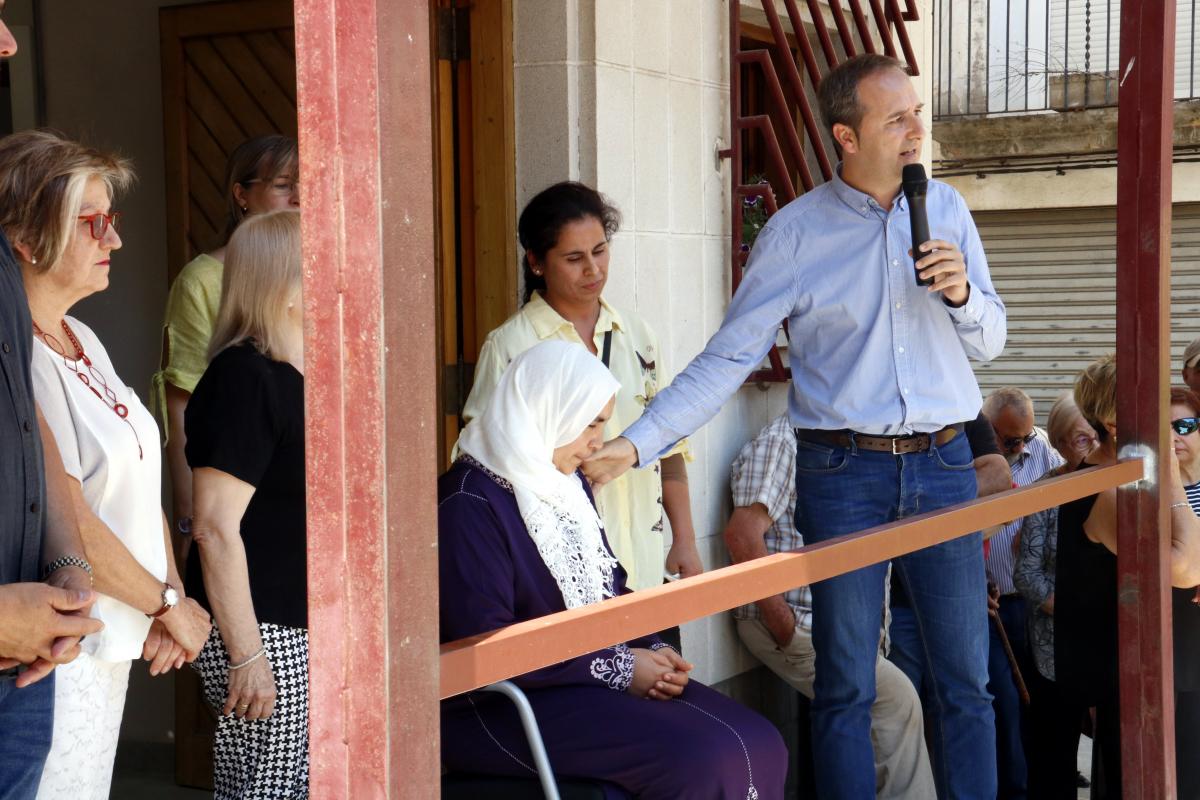 L'alcalde de la Granja d'Escarp, Manel Solé, amb la mare del noi de 14 anys