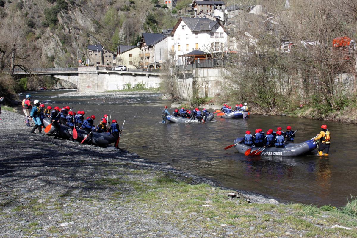 Pla general de diverses embarcacions de ràfting al riu Noguera Pallaresa