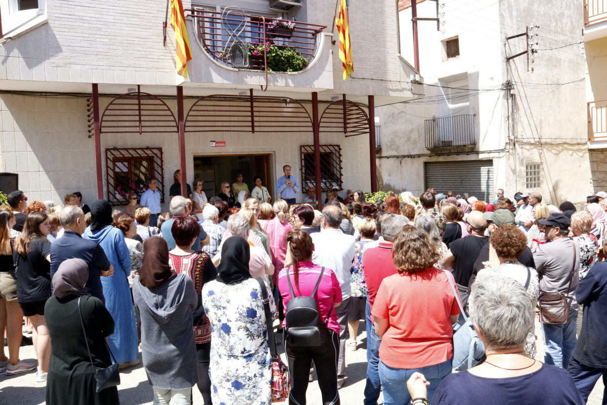 Pla obert dels dos minuts de silenci a la plaça Major de la Granja d'Escarp