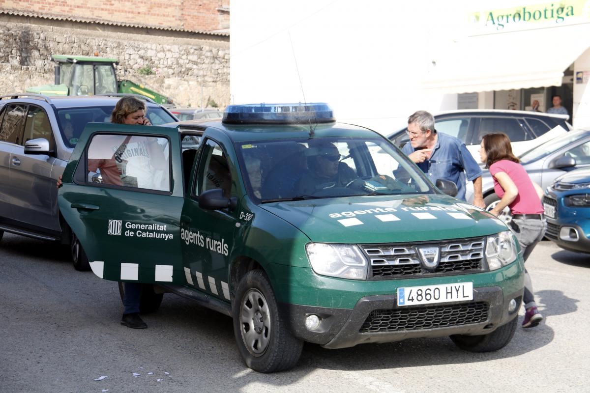 Pla sencer d'un vehicle dels Agents Rurals sortint de Maials