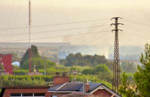 Columna de fum provinent de l'incendi de l'Horta de Lleida.
