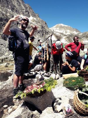 L'arqueòleg Ermengol Gassiot explicant les campanyes arqueològiques