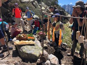 Pla general de l'esmorzar prehistòric a l'entrada de l'Abric d'Obagues de Ratera