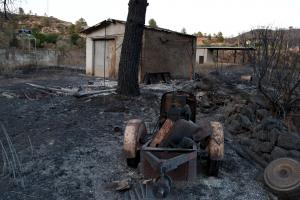 Pla general d'una de les masies calcinades pel foc de la Ribera d'Ebre