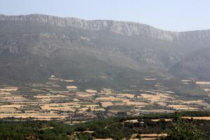 Pla general on es veu part de la serra del Montsec i el municipi d'Àger