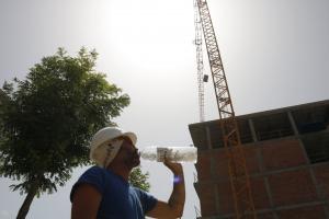 Pla mig d'un operari bebent aigua