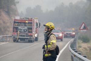 Un bomber observa l'incendi de Maials
