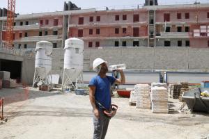 Un operari bebent aigua durant una pausa de la feina a la construcció