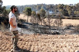 Un veí de Maials observa la zona afectada per l'incendi