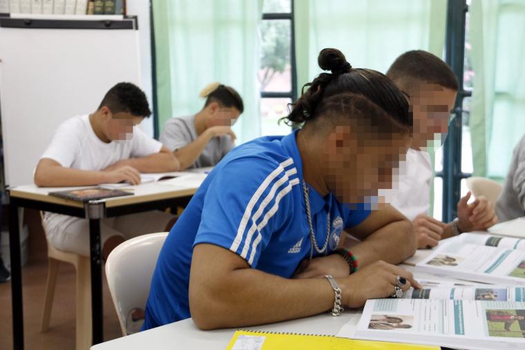 Dos dels joves interns (als extrems) guardonats en un concurs d'escriptura