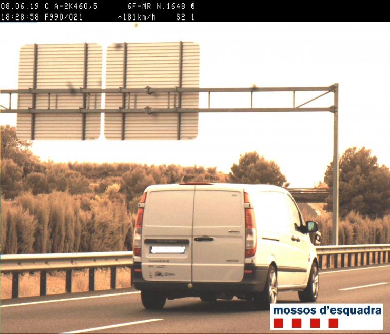 Imatge de la furgoneta sorpresa pels Mossos circulant a 181 km/h a l'A-2 a Alcarràs