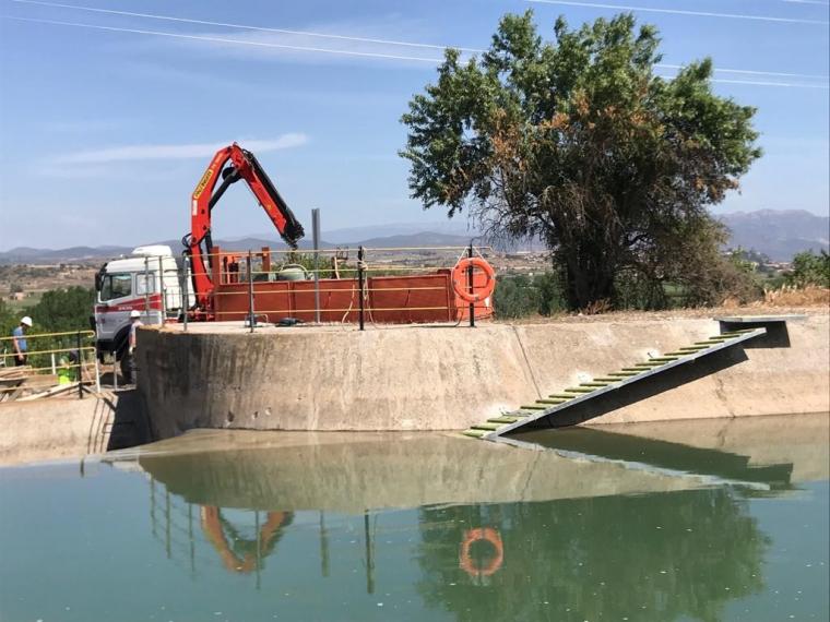 Pla general on es pot veure la rampa de fusta que s'ha instal·lat al canal de Balaguer