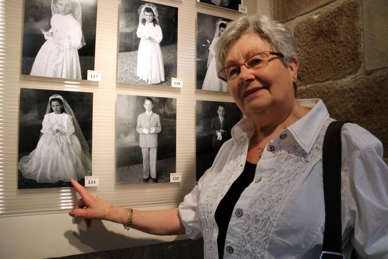 Pla mitjà de la Teresa, una de les visitants de l'exposició 'Saps qui són?'