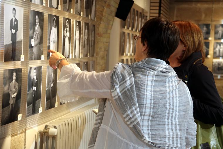 Pla mitjà d'una visitant de l'exposició 'Saps qui són?'