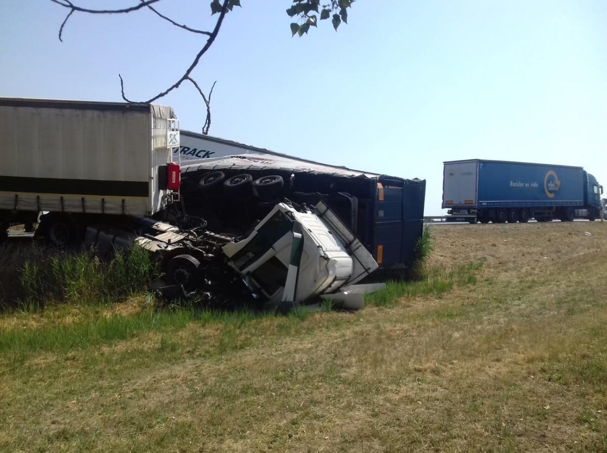 El conductor d'un dels camions s'ha quedat atrapat.