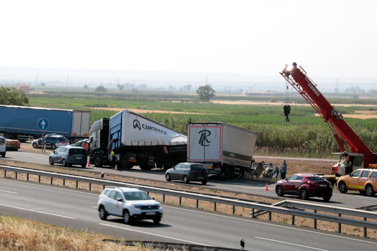 En el primer sinistre s'hi han implicats tres camions i un turisme.