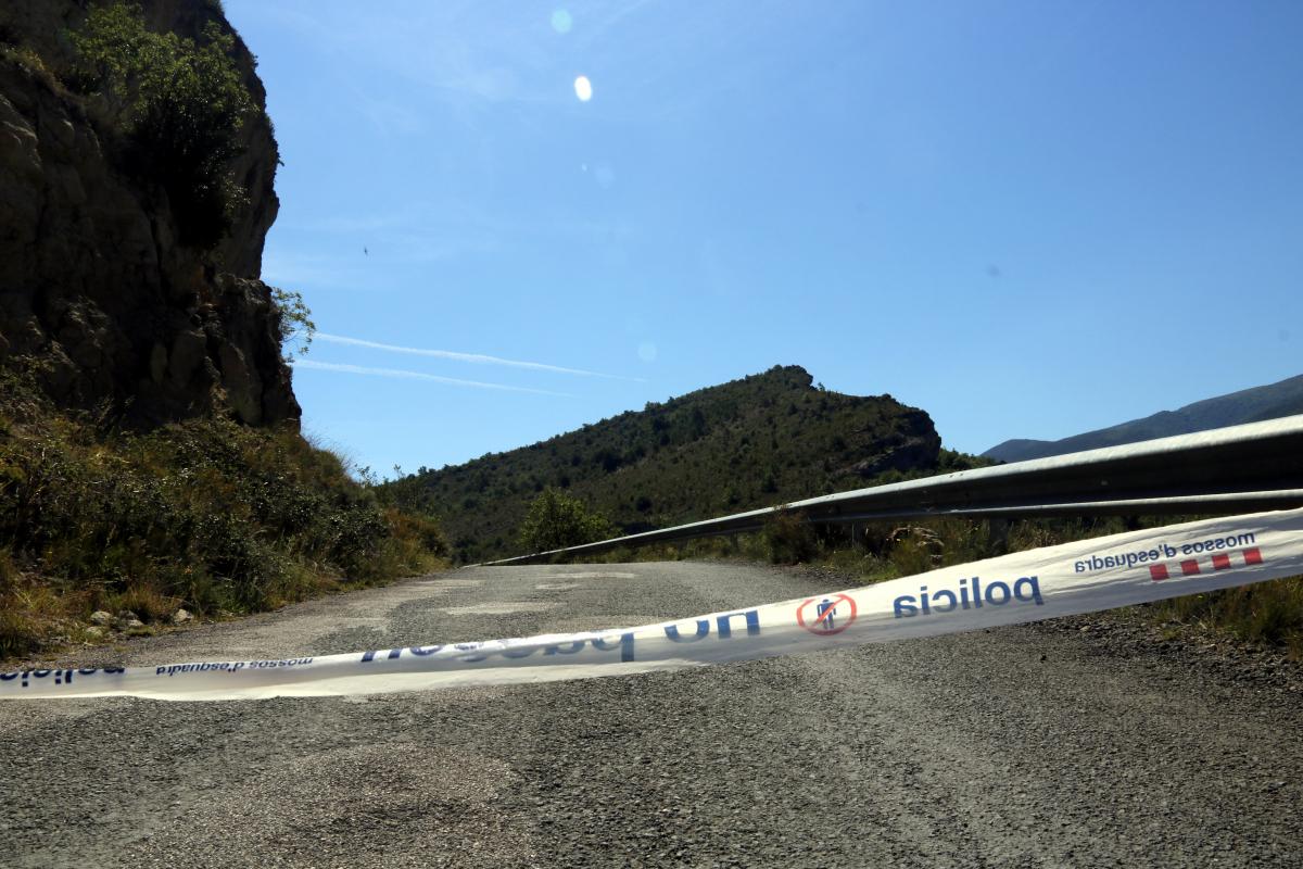 Pla curt on es pot veure una cinta dels Mossos barrant el pas a la carretera d'accés al congost de Mont-rebei