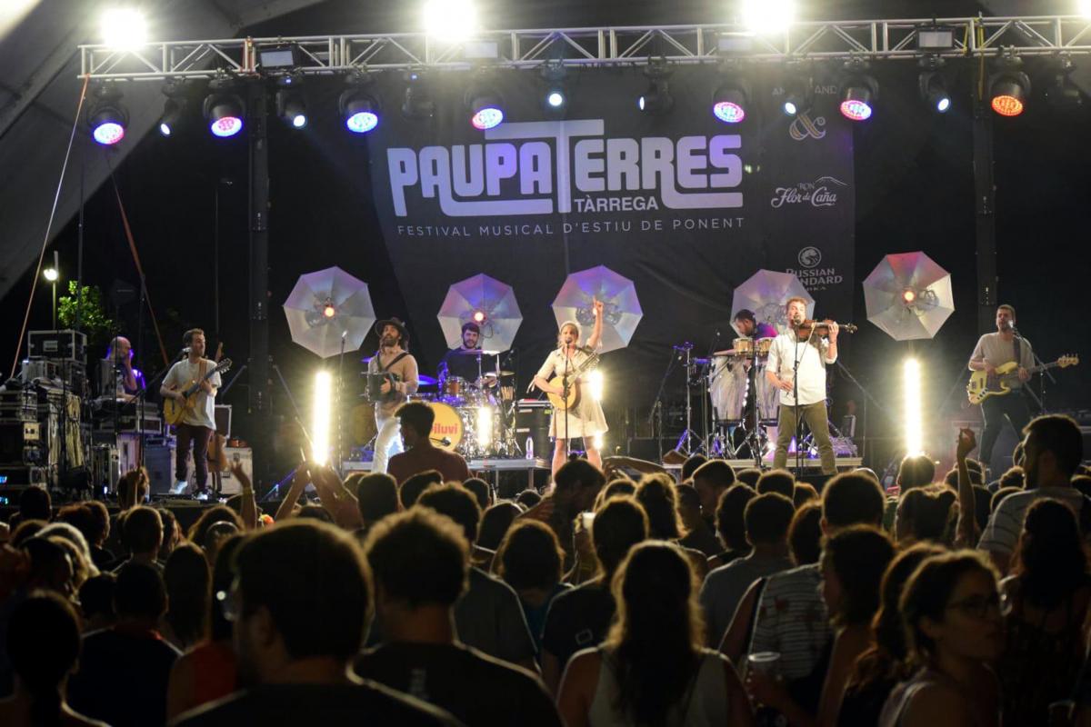 Pla general de l'escenari d'una de l'actuació del grup El Diluvi