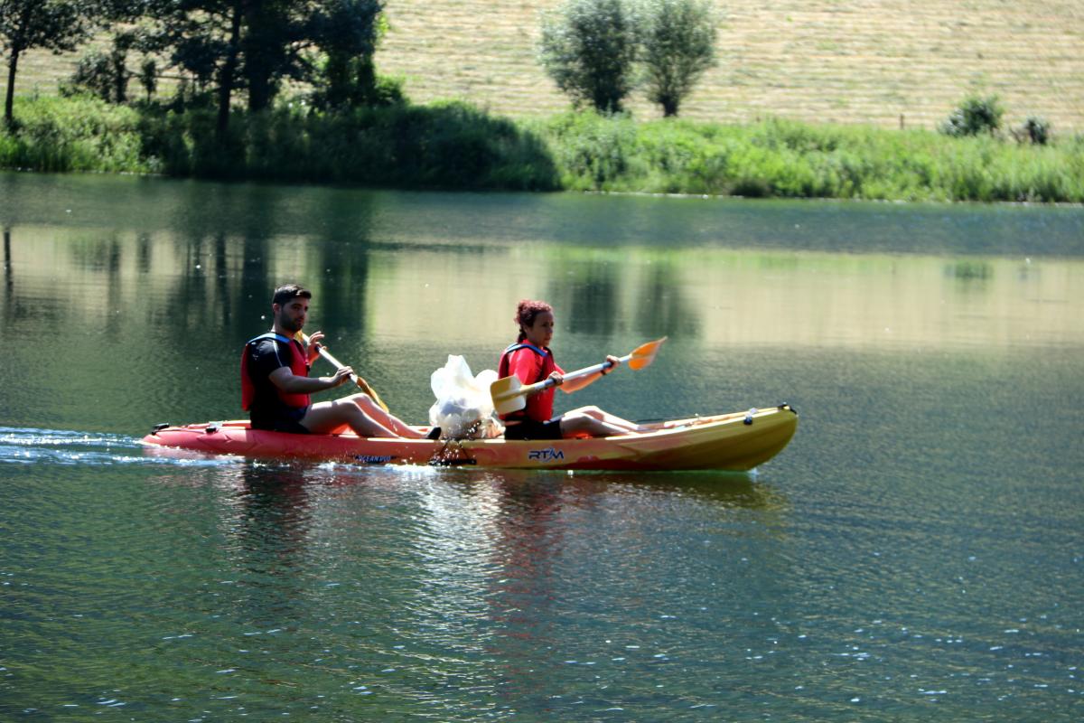 Pla general d'una canoa participant a la recollida de plàstics al pantà de la Torrassa