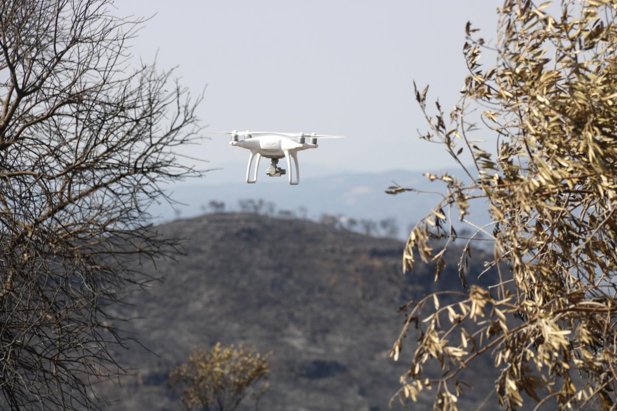 Pla tancat on es pot veure el dron que ha captat imatges de l'incendi de la Ribera d'Ebre