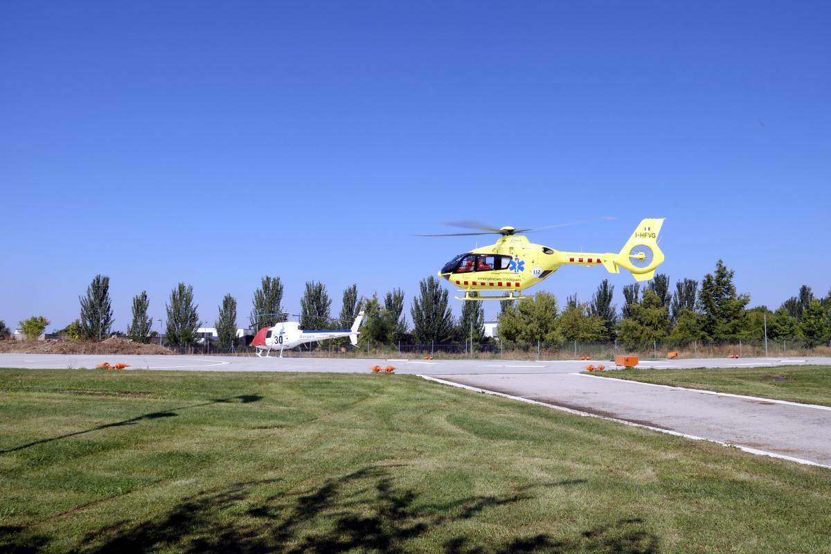 Un helicòpter del SEM aterra a l'heliport del Parc de Bombers de Lleida