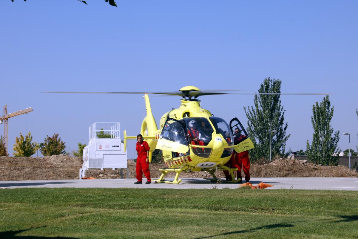 Un helicòpter del SEM, aterrat a l'heliport del Parc de Bombers de Lleida