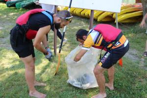 Dos voluntaris amb les deixalles de plàstics que han recollit al pantà de la Torrassa