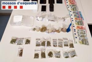 Imatge del material trobat pels Mossos d'Esquadra en un pis de Balaguer.
