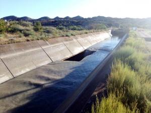 Imatge del trencament que ha patit el canal d'Aragó i Catalunya, a Tamarit de Llitera