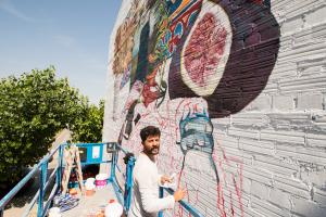 L'artista argentí Nicolás Romero pinta el mural fins dissabte, dia en què s'inaugura amb un concert.