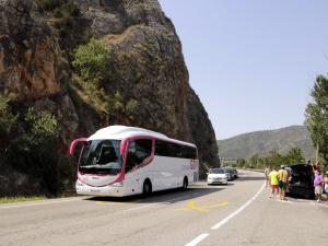Pla general d'un autocar al voral de la carretera amb visitants a la Platgeta de Camarasa