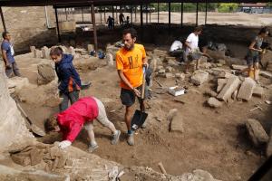 Pla general on es pot veure diversos dels participants de la campanya d'excavacions
