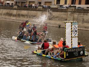 Pla sencer de dues embarcacions tirant-se aigua