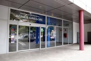 Pla tancat de la porta d'entrada al pavelló Agnès Gregori del barri de Balàfia