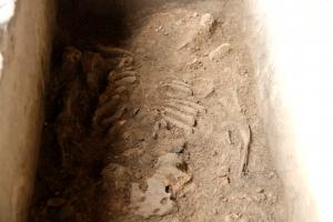 Pla tancat on es poden veure els restes de l'esquelet del cos de l'època tardo-romana