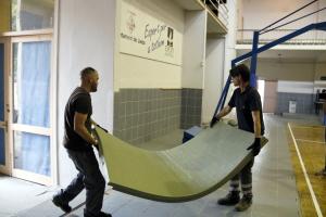 Tècnics entrant material al pavelló de l'Antorxa de Lleida