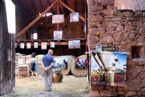 Una era de Vilamur, al Pallars Sobirà, amb quadres penjats en el marc del Festival d'Arts