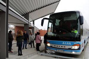 Alguns dels primers usuaris de la nova estació d'autobusos de Mollerussa