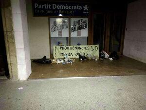 Deixalles davant la seu del PDeCAT de Balaguer, dipositades pels CDR