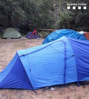 Imatge de diverses tendes de campanya localitzades aquest agost pels Agents Rurals