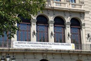 La nova pancarta penjada a la façana de l'Ajuntament de Lleida