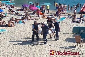 Moment en que els serveis funeraris acompanyats d'agents dels Mossos d'Esquadra s'emportaven el cos de la víctima