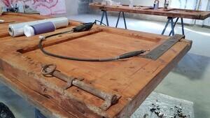 Pla curt on es pot veure el procés de restauració de l'antiga porta de fusta